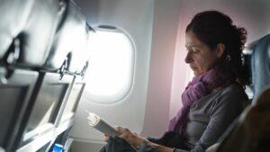کتاب خواندن در پرواز طولانی.