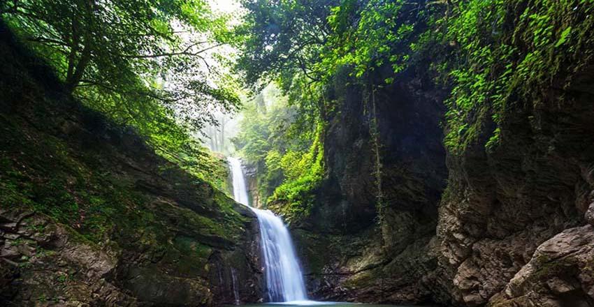آبشار دارنو : سفر به خاصترین آبشار شمال ایران   مجله علی بابا