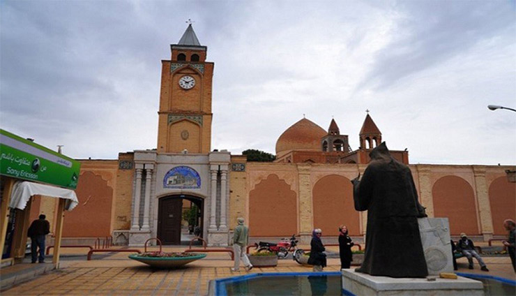 مجسمه اسقف روبروی کلیسا وانک