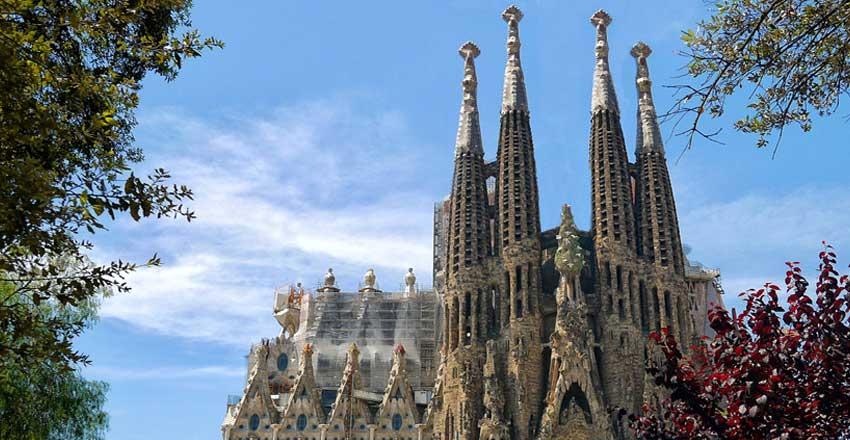 کلیسا ساگرادا فامیلیا از جاهای دیدنی اسپانیا