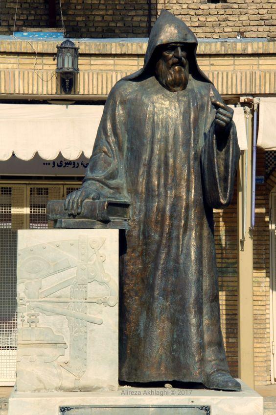 مجسمه جلوی کلیسا وانک