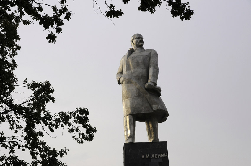 مجسمه لنین و مجسمه کمیل خجندی