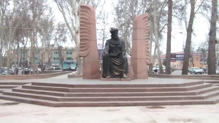 مجسمه لنین و مجسمه کمیل خجندی تاجیکستان