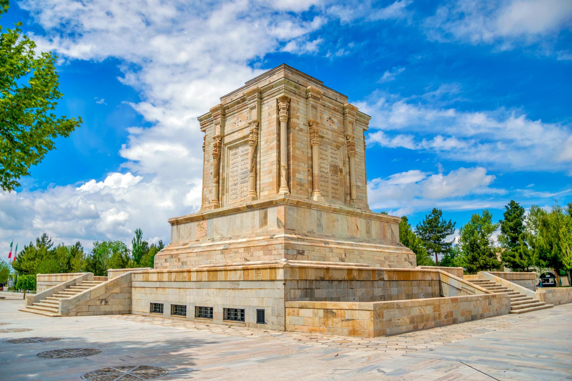 آرامگاه فردوسی؛ از فرازونشیبهای تاریخی تا ظاهر امروزی بنا