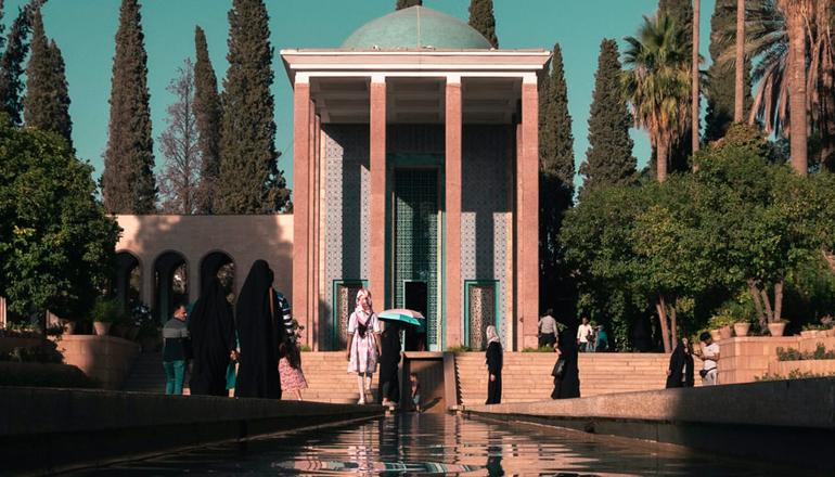 شاعرانهای در آرامگاه سعدی شیراز