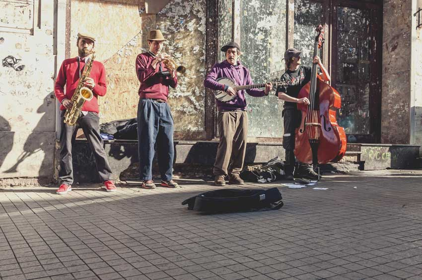 موسیقی زنده در خیابان استقلال